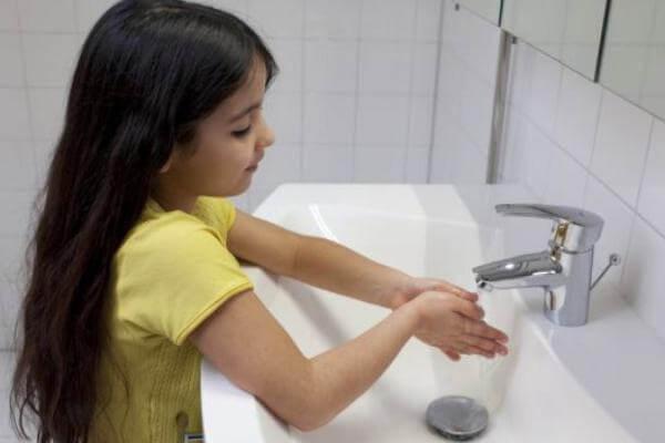 cómo se deben limpiar las manos